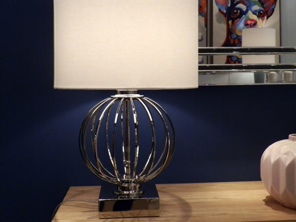 lampara-mesa-en-metal-con-pantalla.jpg